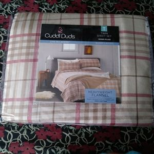 NEW flannel twin sheets.